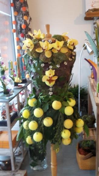 Zoom sur Mannequin végétal et balles de tennis
