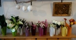 Les fleurs et leurs arrosoirs assortis...